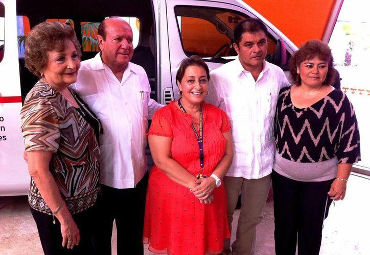 Integrantes del FUTV, encabezados por Nerio Torres Ortiz, secretario general saliente, y Héctor Fernández Zapata, secretario general electo, entregaron una camioneta Urvan Nissan modelo 2014, en beneficio de la Fundación Teletón. (SIPSE)