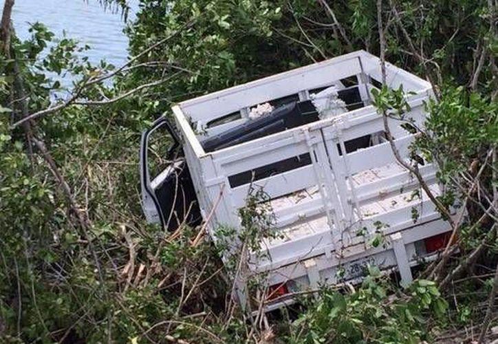 La camioneta que estuvo a pocos metros de caer en la ciénaga, tras un accidente en la carretera Mérida-Progreso. (SIPSE)
