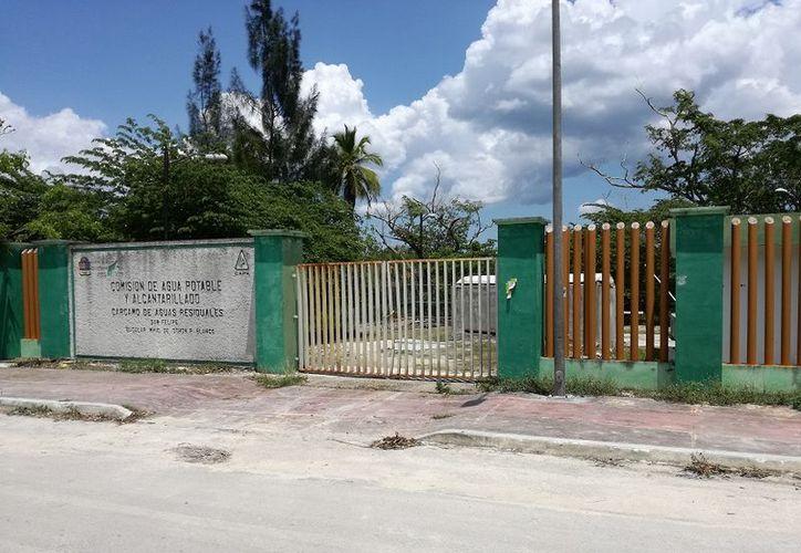 Quieren evitar más desbordamientos de aguas negras en la ciudad de Bacalar. (Javier Ortiz/SIPSE)