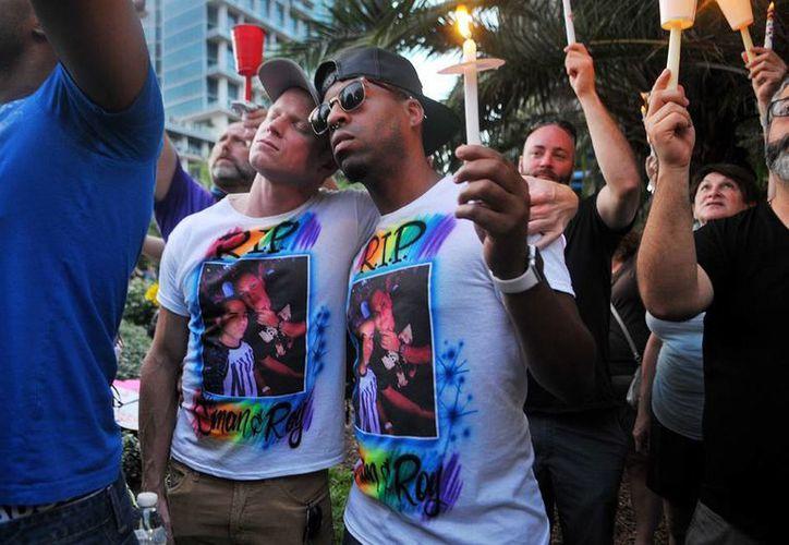 Bryan Manley y Greg Mitchell, ambos de Orlando, rinden homenaje a su mejor amigo, quien murió en el tiroteo de la discoteca Pulse. (Agencias)