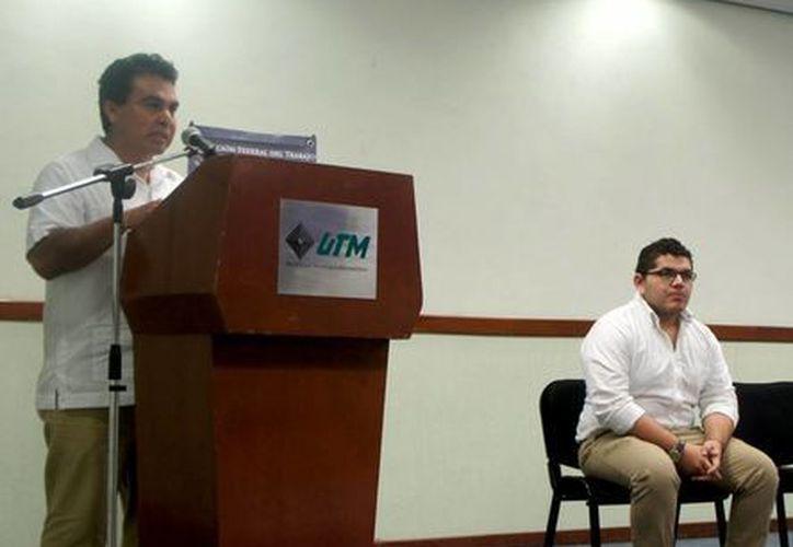 """El delegado de la Secretaria del Trabajo y Previsión Social en Yucatán, Ricardo Béjar Herrera, en su discurso de inauguración del curso """"Verificación de las condiciones de seguridad e higiene en los centros de trabajo"""" en la UTM. (Milenio Novedades)"""