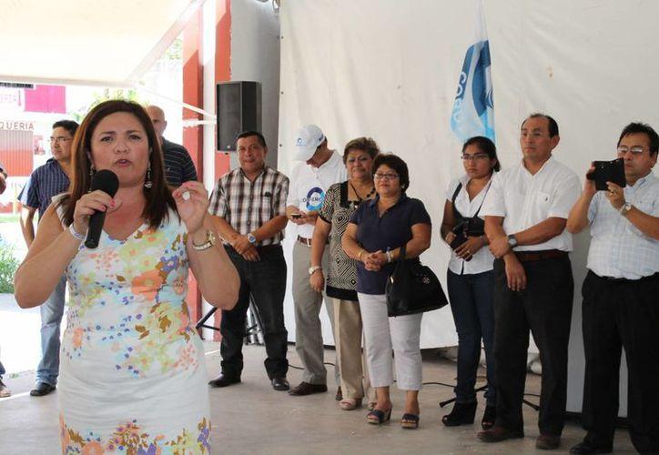 La senadora Rosa Adriana Díaz Lizama ofrece un discurso ante los corderistas que se reunieron a festejar su triunfo en Yucatán. (SIPSE)