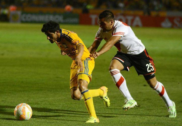 Damián Alvarez, La Chilindrina (i) hizo uno de los goles de Tigres de la UANL, que ganaba 2-0 y fue empatado 2-2 por River Plate en fase de grupos de Copa Libertadores. (Notimex)