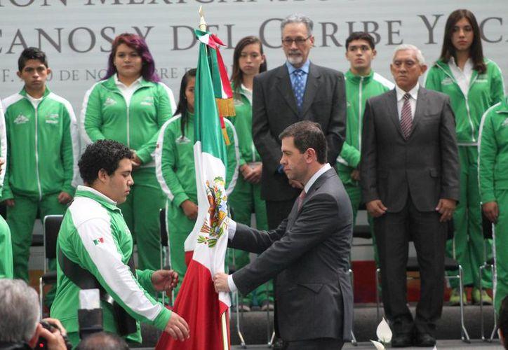 El pesista yucateco Josué Medina Andueza abanderó a la delegación mexicana que competirá en Yucatán del 14 al 23 de noviembre en los  Juegos Centroamericanos Estudiantiles y del Caribe. (SIPSE)