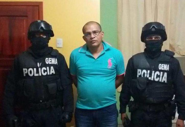 Momento en que los agentes detienen a los implicados en el negocio de narcotráfico en Ecuador. (twitter.com/ppsesa)