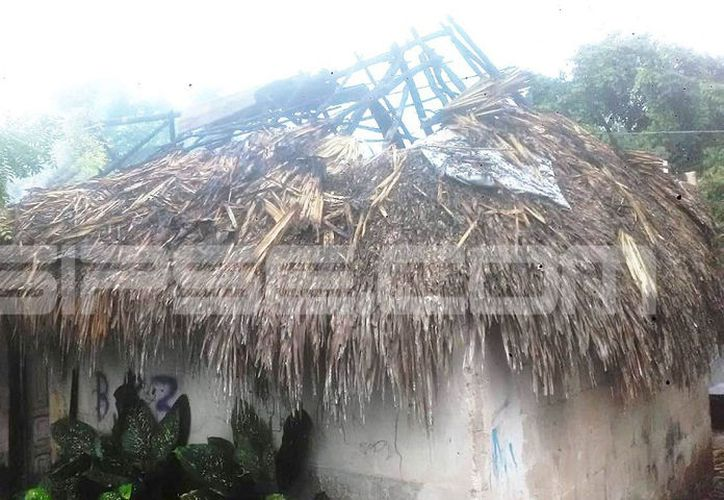 El rayo provocó que se incendiara el techo de huano de la casa. (Milenio Novedades)