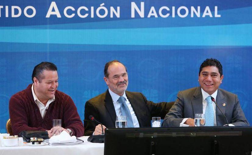 El coordinador de los diputados panistas, José Isabel Trejo Reyes, el presidente nacional del PAN, Gustavo Madero Muñoz y el coordinador del PAN en el Senado, Jorge Luis Preciado Rodríguez, durante los trabajos de su reunión plenaria. (NTX)