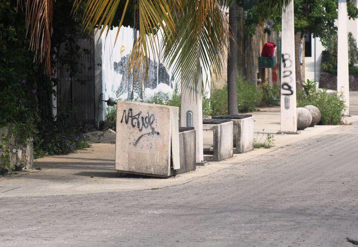 Las bancas, postes y cables, se han convertido en un peligro para los ciudadanos. (Foto: Octavio Martínez/ SIPSE)