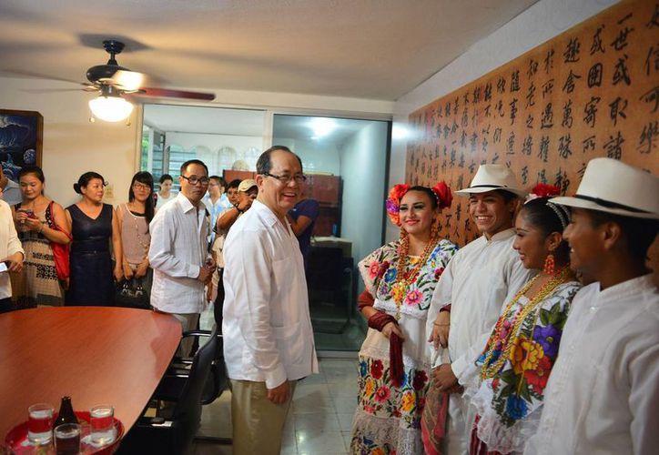 Familias chinas avecindadas en Mérida dieron la bienvenida al embajador Qiu Xiaoqi y ofrecieron un espectáculo folklórico yucateco en su honor. (Luis Pérez/SIPSE)