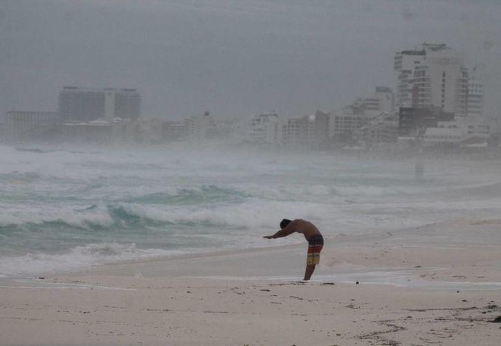 Se restringieron las actividades acuáticas en Cozumel, Playa del Carmen, Cancún, Isla Mujeres y Holbox, debido al incremento del oleaje. (Israel Leal/SIPSE)