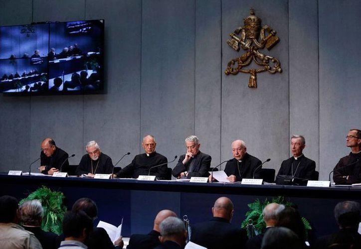 El Cardenal Francesco Coccopalmerio (tercero de der. a izq.) explica, en conferencia de prensa, reformas a la nulidad matrimonial dictadas por Papa Francisco. (AP)