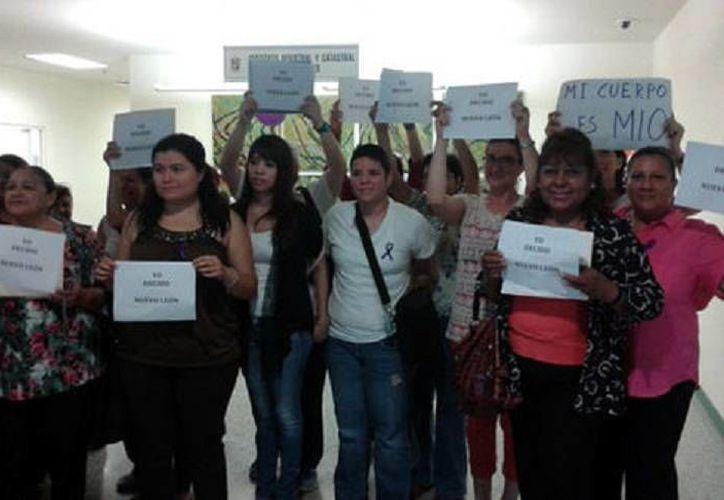 El colectivo feminista acudió al Instituto Registral y Catastral de Monterrey para dejar su solicitud. (Milenio)