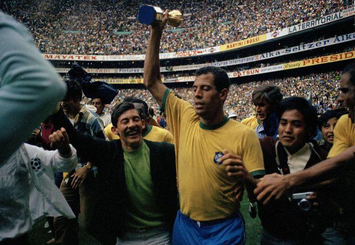 Carlos Alberto ayudó a la selección de Brasil a derrotar a Italia, en la Final del Mundial de México 1970. En la foto, el brasileño levanta la copa en el Estadio Azteca.(Gianni Foggia/AP)