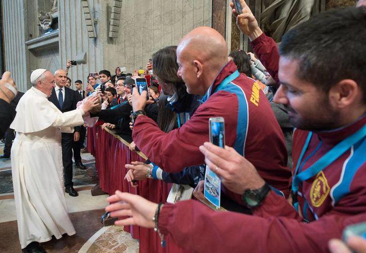 El Papa Francisco saluda a la delegación del Comité Olímpico de Italia, este viernes, en el Vaticano. (Foto: AP/L'Osservatore Romano)
