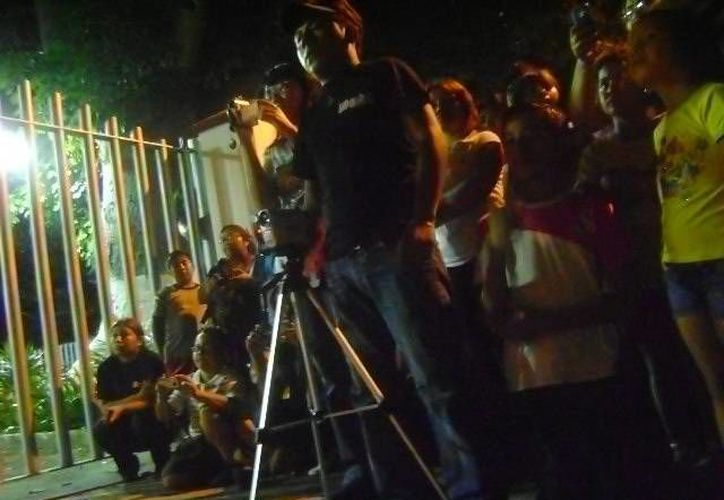 Varias personas se acercaron a las puertas del cementerio de Umán con la intención de ver o grabar alguna presencia paranormal. (Jorge Moreno/SIPSE)