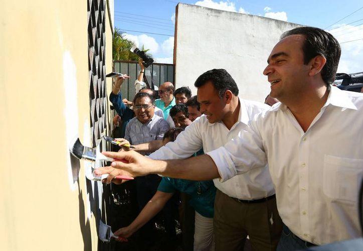 Entre sus actividades de ayer, el gobernador Rolando Zapata Bello entregó material del programa Pintando tu bienestar en el Fraccionamiento del Parque. (SIPSE)