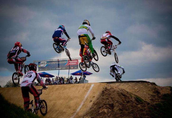 El ciclista potosino Edgar David Torres sufrió golpes diversos a causa de una caída durante la prueba BMX de la Olimpiada Nacional 2015. (Imagen de contexto/redbull.com)