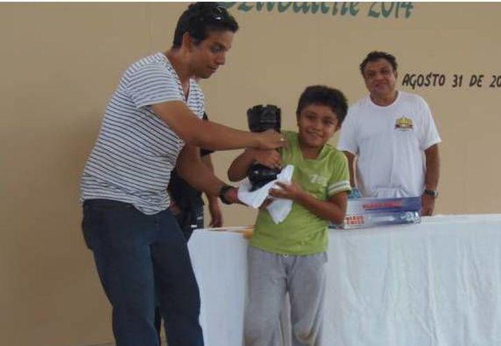 El yucateco Paúl Rosales ahora participará en la IV Copa Quintana Roo Cámara y Asociados. En la foto, con su premio por ser campeón absoluto en Campeche. (Foto: cortesía)