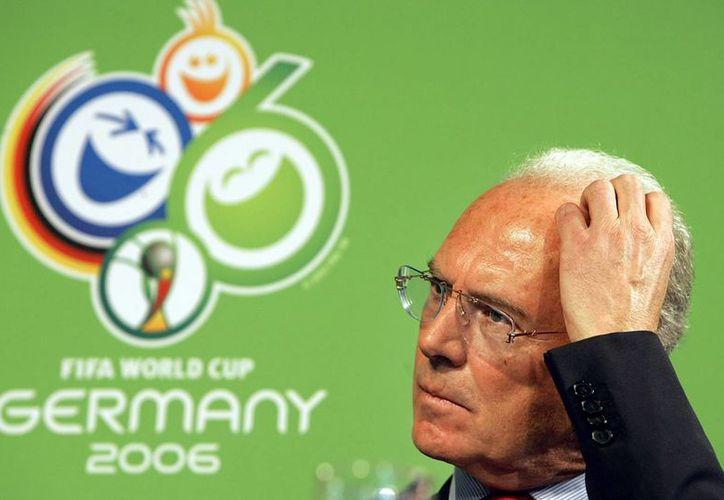 Con tal de que Alemania obtuviera la sede del Mundial en 2006 Franz Beckenbauer habría tratado de sobornar a la Concacaf, de acuerdo a una investigación. (AP)