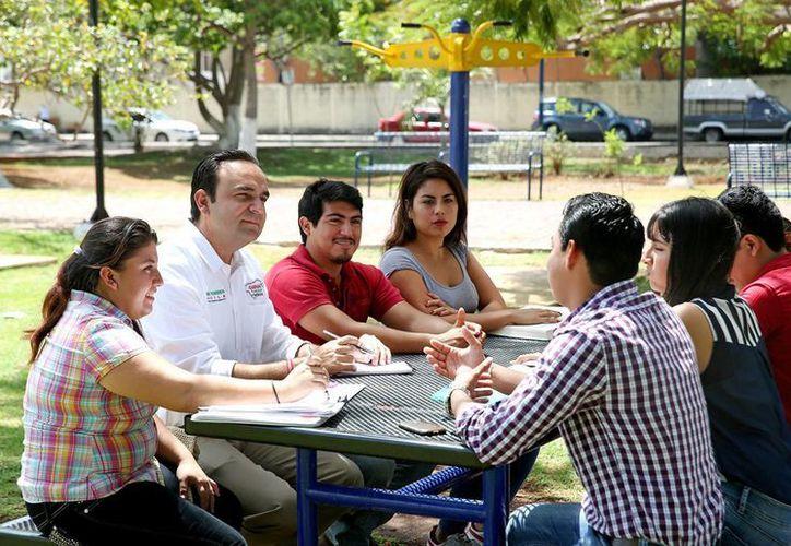 Nerio Torres Arcila, candidato del PRI a presidente municipal de Mérida, platica con jóvenes en el parque de la colonia Miguel Alemán. (SIPSE)