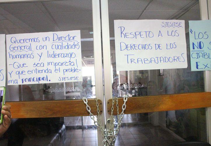 Los maestros señalan que la medida fue tomada, debido a que el director, Diego Briceño Domínguez, no atendiera las demandas presentadas. (José Chi/SIPSE)