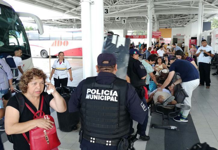 Policías municipales arribaron al lugar para dar con el presunto responsable del robo. (Foto: Redacción)
