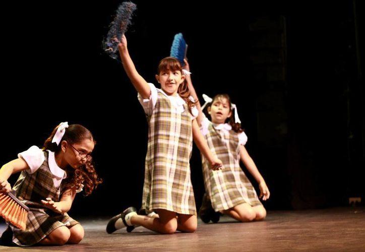 El elenco infantil de la obra está conformado por 16 niñas. (Christian Ayala/SIPSE)
