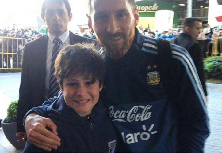 Regresa la sonrisa de Luciano tras tomarse foto con Messi, su máximo ídolo del fútbol. (Foto: Vanguardia MX)
