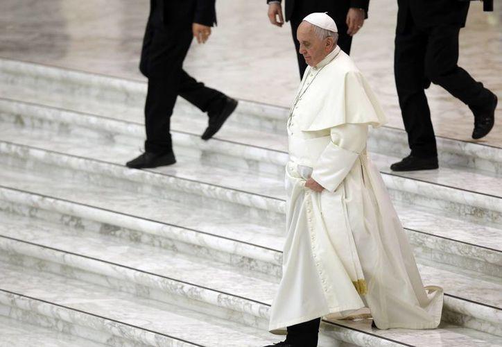 El Papa Francisco camina por las escaleras de la sala de Papa Pul IV, en el Vaticano. (Agencias)