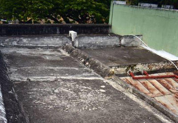 Parte del techo que se derrumbó en un antiguo predio de la calle 69-A entre 62 y 64, en el barrio de San Juan. (Luis Pérez/SIPSE)