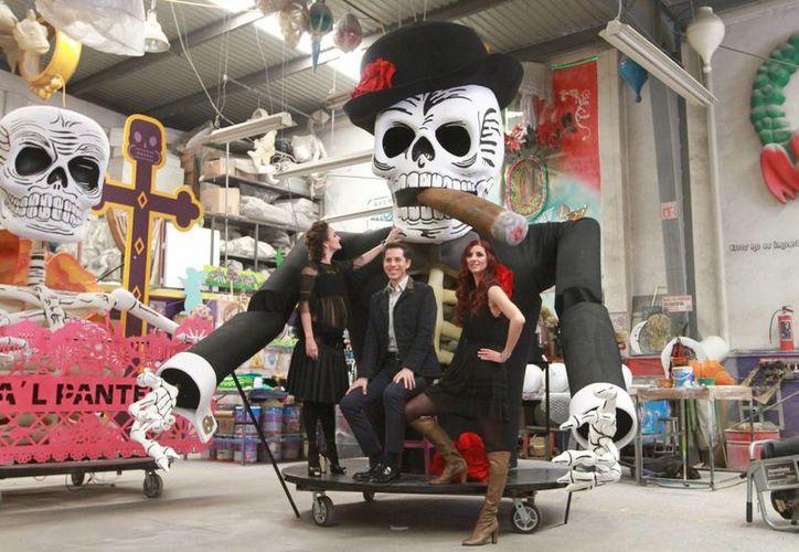 Algunos de los carros alegóricos, mojigangas y demás marionetas que participarán en el desfile del Día de Muertos en la Ciudad de México. El Turibús se une a la celebración con recorridos nocturnos. (Archivo/Notimex)