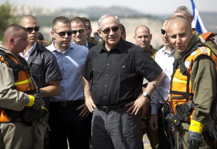 El primer ministro israelí, Benjamin Netanyahu (centro), supervisa un simulacro de un ataque con armas químicas en el que participa el Comando del Frente Nacional en Ramot, Israel. (EFE)