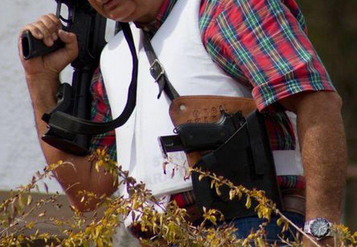El general venezolano Angel Vivas se enfundó en un chaleco antibalas y se armó con un fusil AR-15 para evitar su detención. (Agencias)