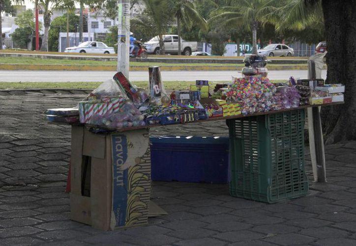 los lugares más concurridos para la venta de los productos son el camellón lateral de Plaza Cancún Mall, Multiplaza Villas del Mar, Plaza Héroes, entre otros. (Tomás Álvarez/SIPSE)