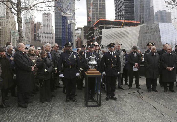 Alcalde de NY Michael Bloomberg, a la derecha, y el ex alcalde David Dinkins, segundo desde la derecha durante una ceremonia en honor a las seis personas que murieron. (Agencias)