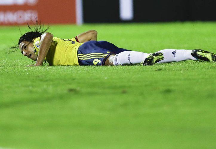 Falcao recibió de Pelé grandes deseos de que se recupera de su lesión en una rodilla para que pueda jugar 'un gran mundial'. (Agencias)