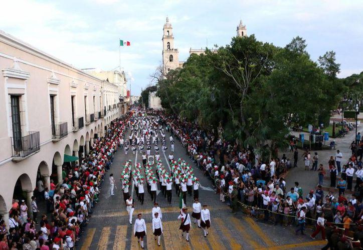 El desfile de la Revolución Mexicana se realizará el próximo domingo 20 de noviembre. Imagen del paso de un contingente frente la Plaza Grande, el año pasado. (Milenio Novedades)