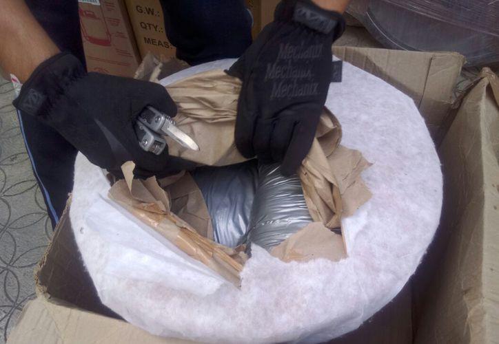 Elementos federales decomisaron el paquete que contenía una maceta guardando seis kilos de marihuana. (Foto: Redacción/SIPSE)