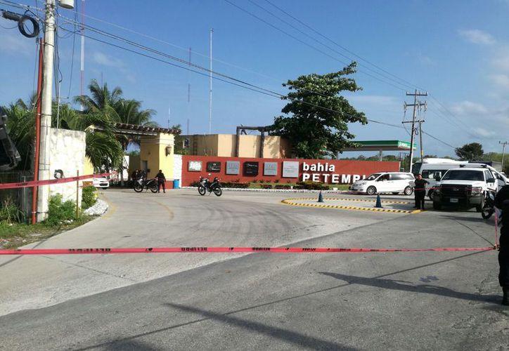 Las autoridades retiraron 25 casquillos percutidos en la entrada del complejo hotelero Bahía Petempich. (Redacción/SIPSE)