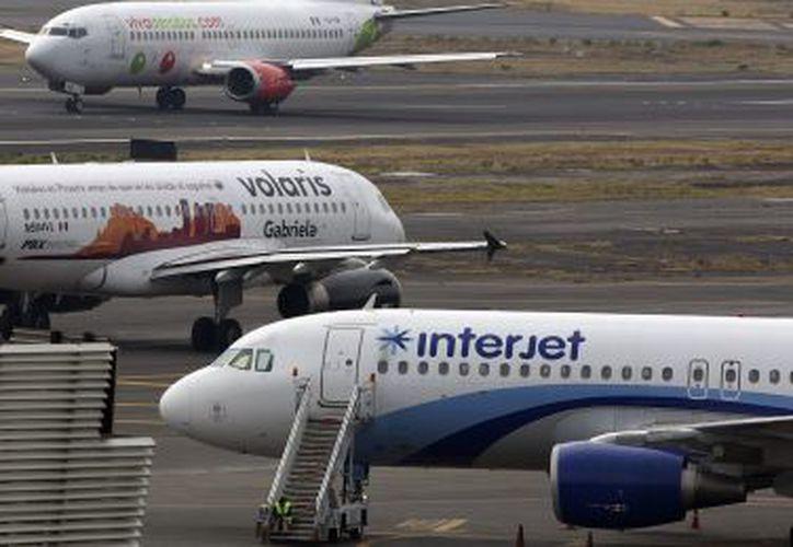 Cinco aerolíneas, cuatro de ellas mexicanas, han sido sancionadas por la Profeco por cobrar a sus pasajeros la primera maleta documentada. (El País)