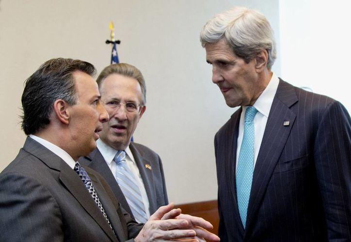 John Kerry es recibido por el canciller mexicano Jose Antonio Meade, acompañado del embajador de EU en México,  Anthony Wayne, previo al Foro Bilateral sobre Educación Superior, Innovación e Investigación. (AP)