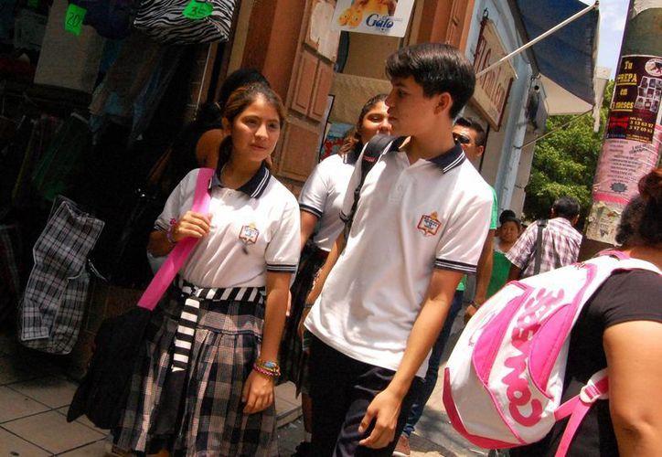 Los estudiantes pueden comprar a bajo precio en 75 empresas de Yucatán. (Milenio Novedades)