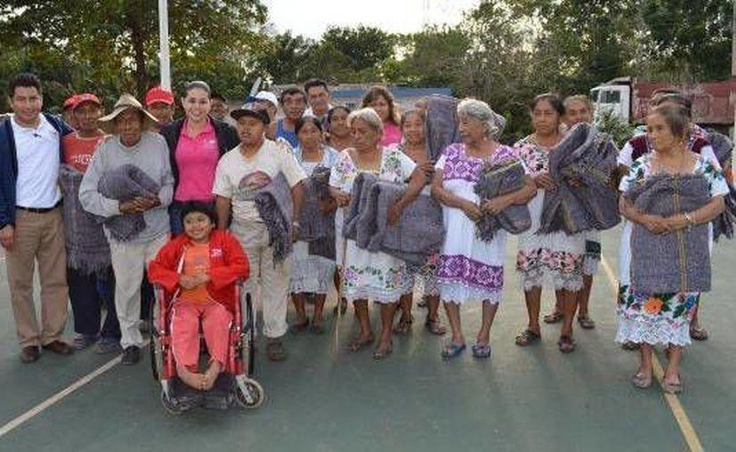 Las personas beneficiadas recibieron con gran alegría sus cobijas. (Cortesía/SIPSE)