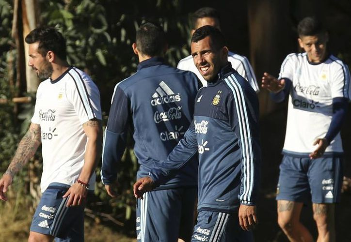 Jugadores de Argentina, Jamaica y Uruguay fueron objeto este miércoles de exámenes anti dopaje previo al inicio de la Copa América en Chile. Uno de ellos fue el albiceleste Ezequiel Lavezzi, quien aparece a la izquierda. (Foto: AP)