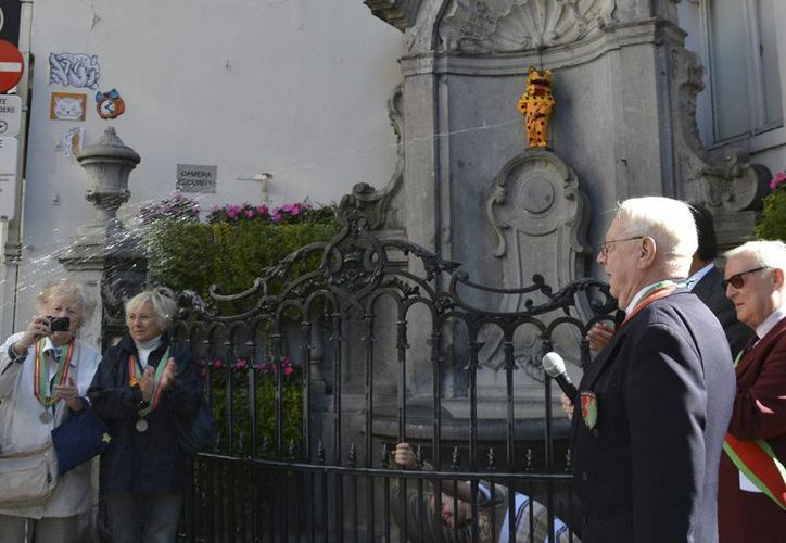 La embajada de México en Bruselas conmemoró la Independencia vistiendo a la famosa estatua del Manneken Pis, símbolo de Bruselas, con el traje de jaguar tradicional del estado de Guerrero. (EFE)