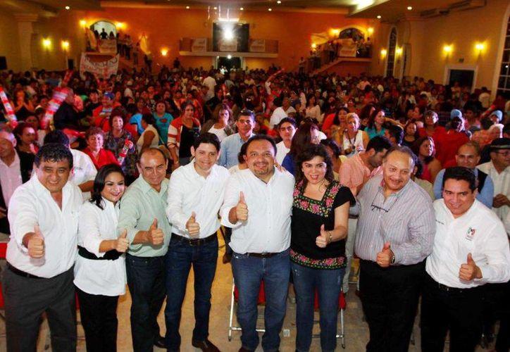 El diputado Francisco Torres Rivas con otros legisladores y directivos priistas. (SIPSE)