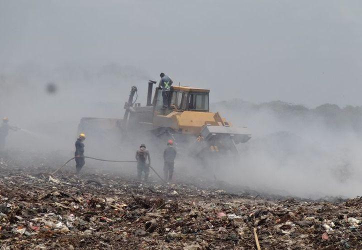 Las montañas de basura alcanzan hasta nueve metros de altura, que se tienen que remover poco a poco para apagar el incendio. (Joel Zamora/SIPSE)