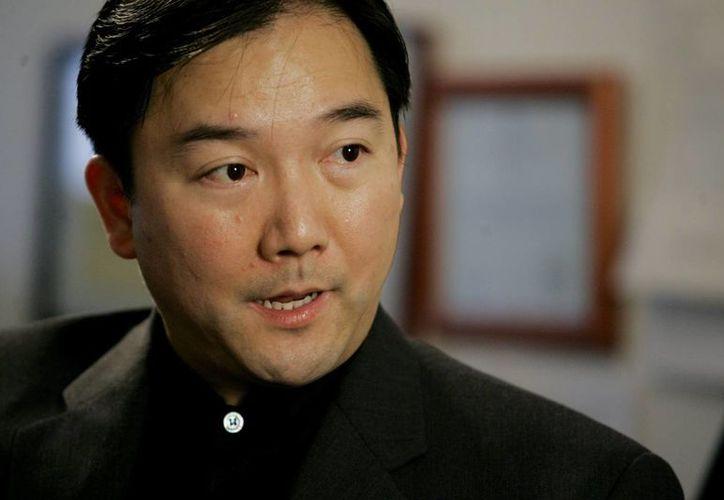 Imagen del 17 de mayo de 2007 del empresario chino-mexicano Zhenli Ye Gon en entrevista con su abogado en Queens, NY, EU. El martes 18 de octubre de 2016, Ye Gon fue entregado en extradición a México. (Foto de archivo: AP/Richard Drew)