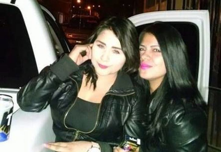 Silvia Mariano Mejía y Jenei Anelia Buenrostro se divertían utilizando de micrófono el radio de frecuencias de la patrulla de la Policía Ministerial en Mexicali. (Excélsior)
