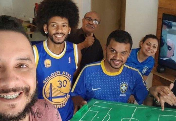 Carlos junior es ciego y sordo, pero sus amigos e intérpretes le ayudaron a vivir  al máximo el partido de su selección. (Foto: Olé Argentina)